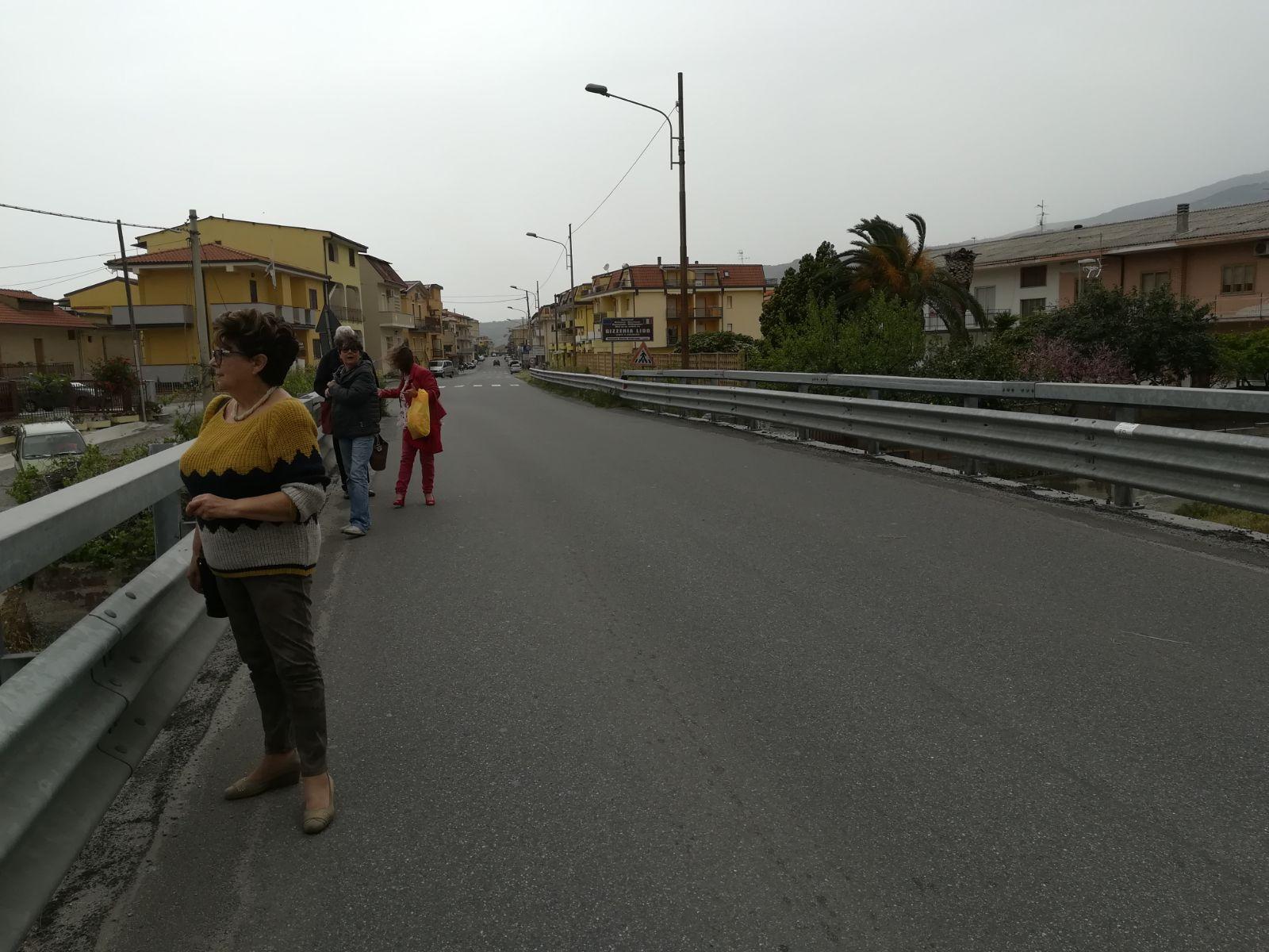 flash mob ponte che collega Lamezia a Gizzeria-LameziaTermeit