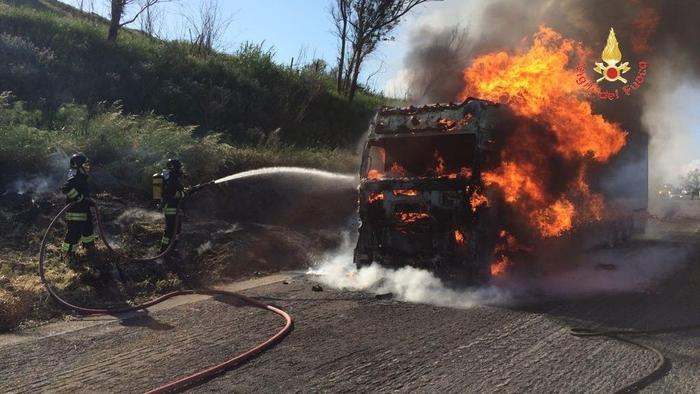camion in fiamme-LameziaTermeit