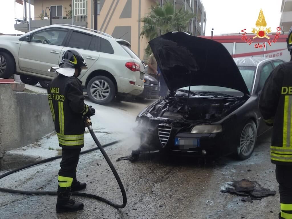 Davoli (CZ). Incendio accidentale per autovettura sulla SS106