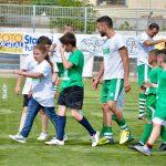 I bambini in campo con i giocatori della Vigor