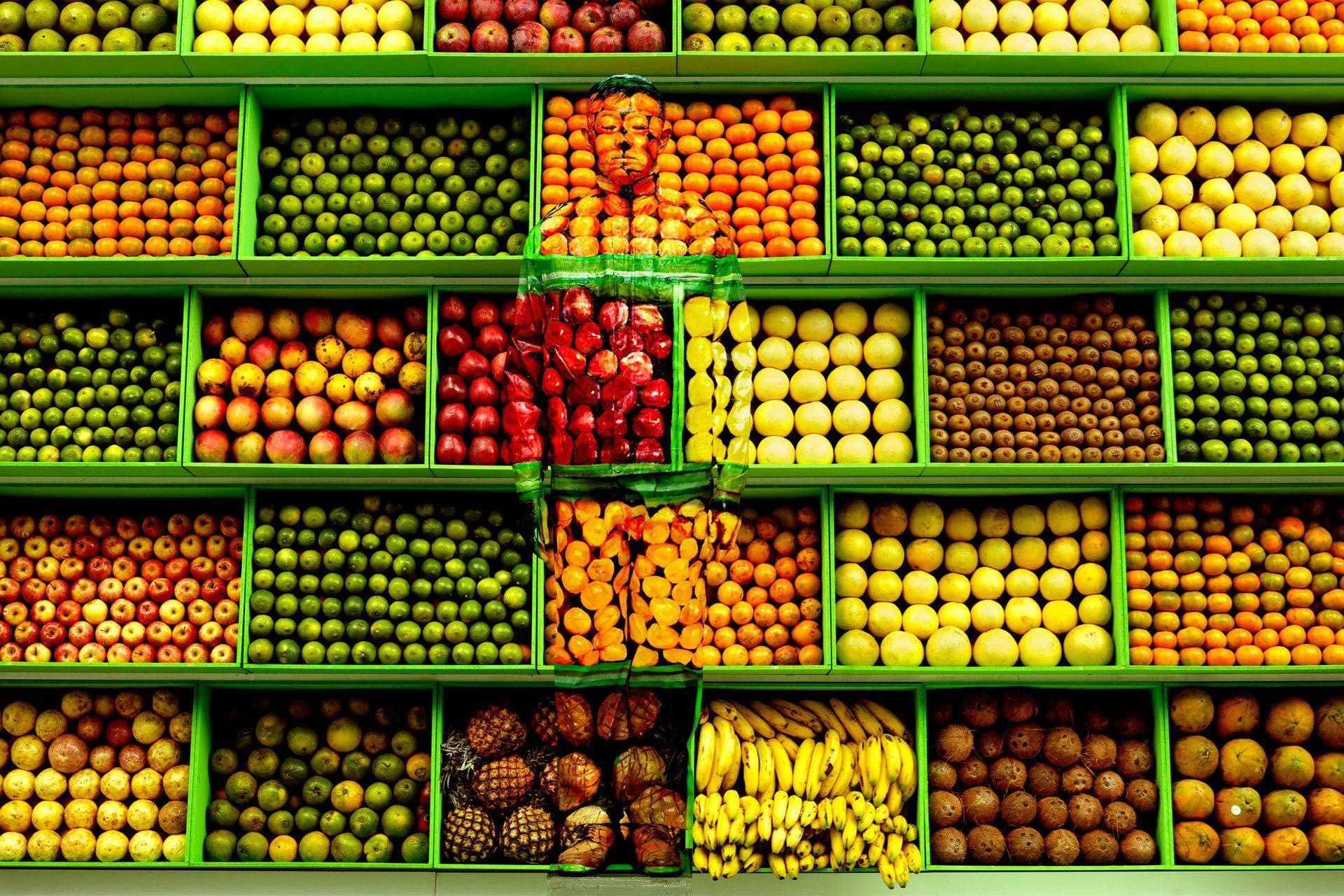 Liu Bolin tra la frutta