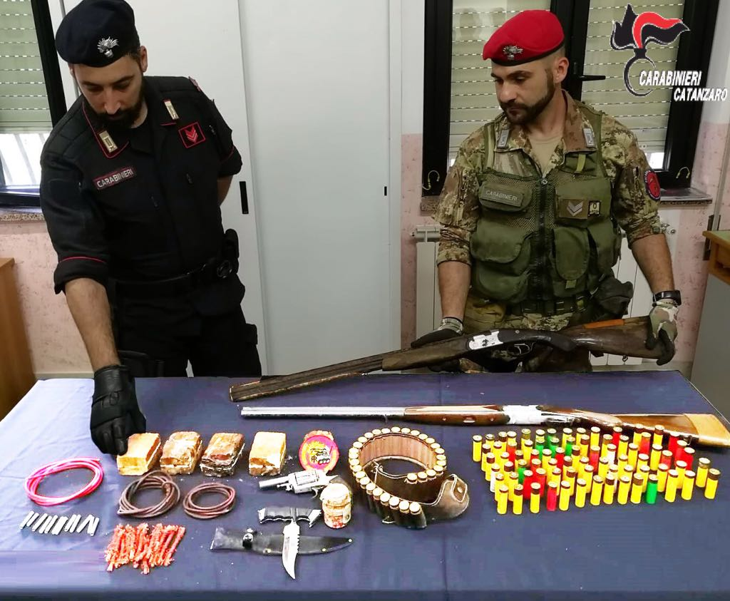 Chiaravalle Centrale (CZ). Arrestato 50enne in possesso di bomba a mano ed esplosivi