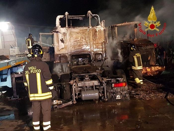 Crotone. Incendio in un deposito mezzi, ingenti i danni