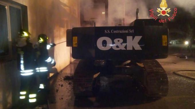 Catanzaro, in fiamme un escavatore nel piazzale dell'azienda Gts