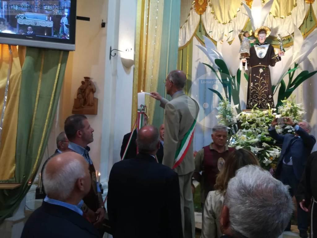 Lamezia, il commissario straordinario offre il cero votivo a Sant'Antonio