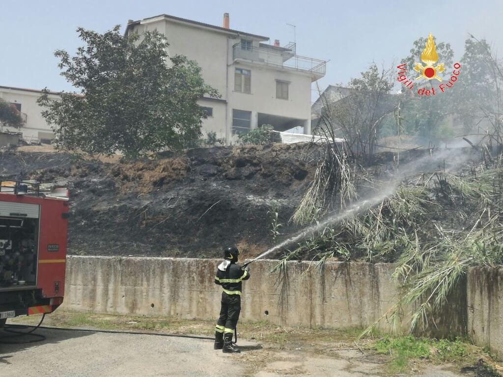 Centrache (CZ). Incendio a sterpaglie vicino le abitazioni