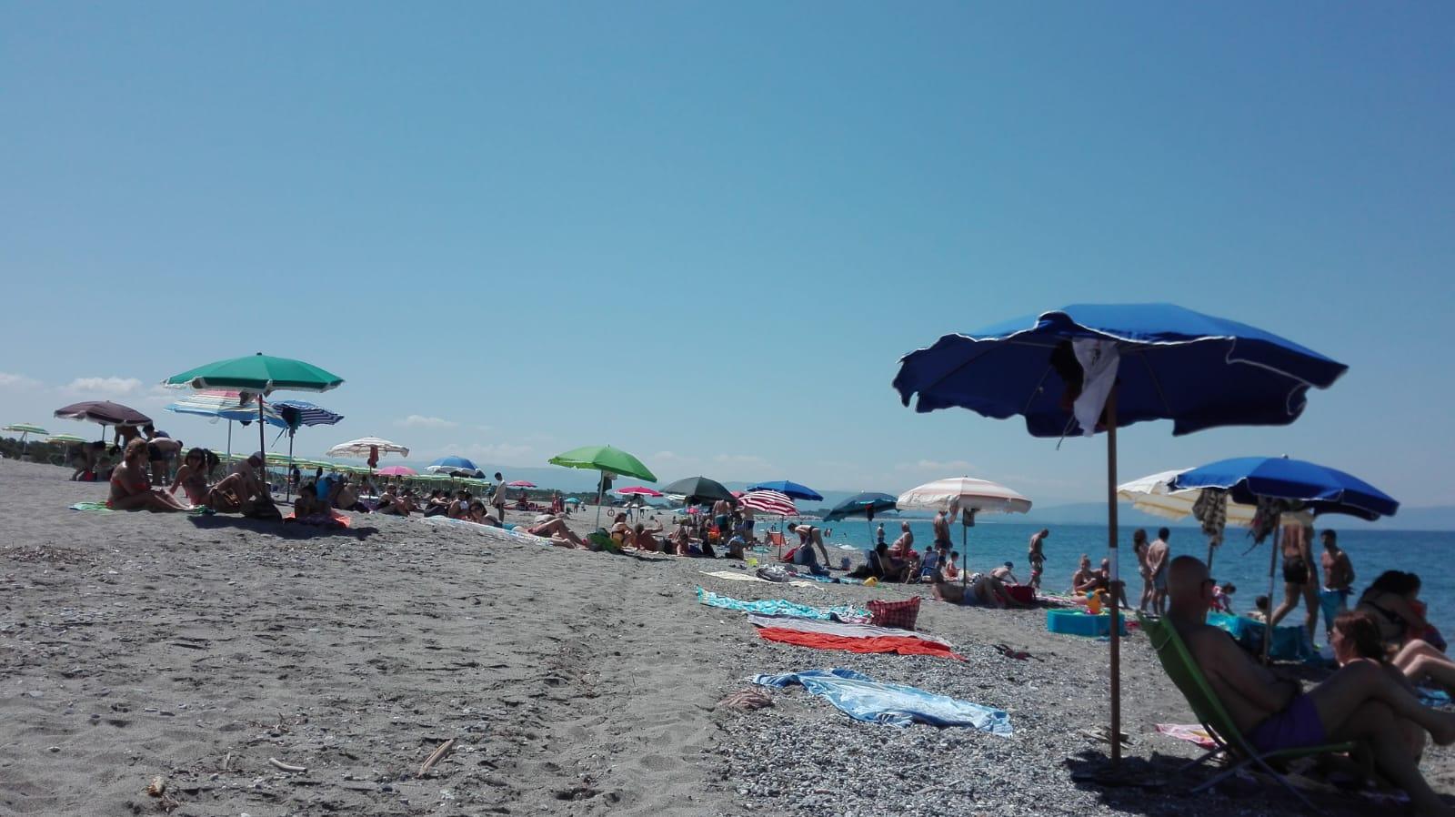 Estate: arriva il caldo, spiagge affollate