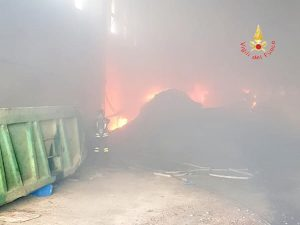 Lamezia. Incendio all'interno di un capannone nell'area ex Sir