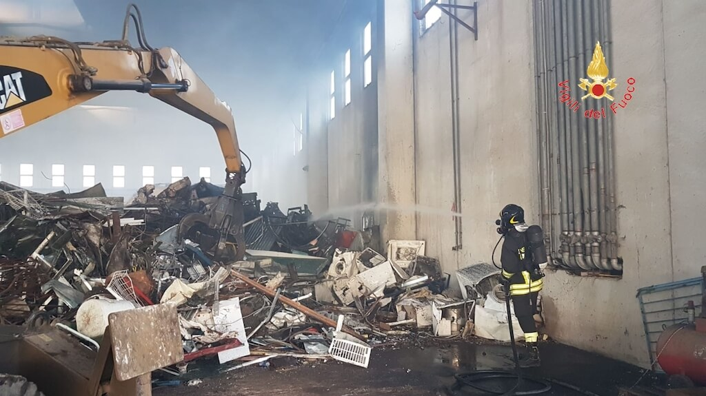 Lamezia. Incendio all'interno di un capannone nell'area ex Sir