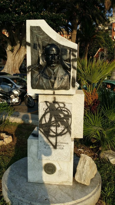Imbrattato a Reggio Calabria monumento a Ciccio Franco-LameziaTermeit