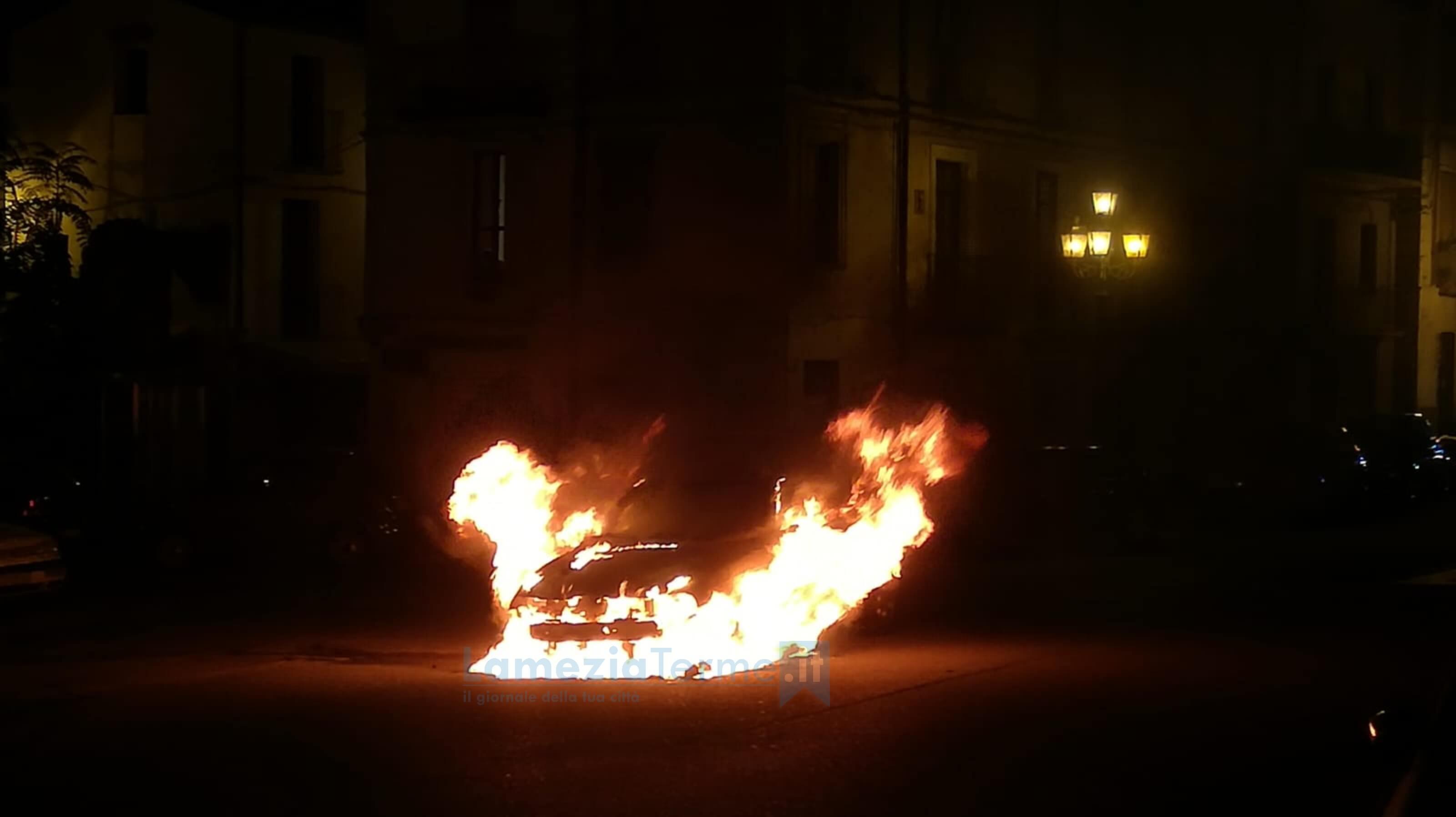 Lamezia. Auto in fiamme a Piazza Mercato Vecchio