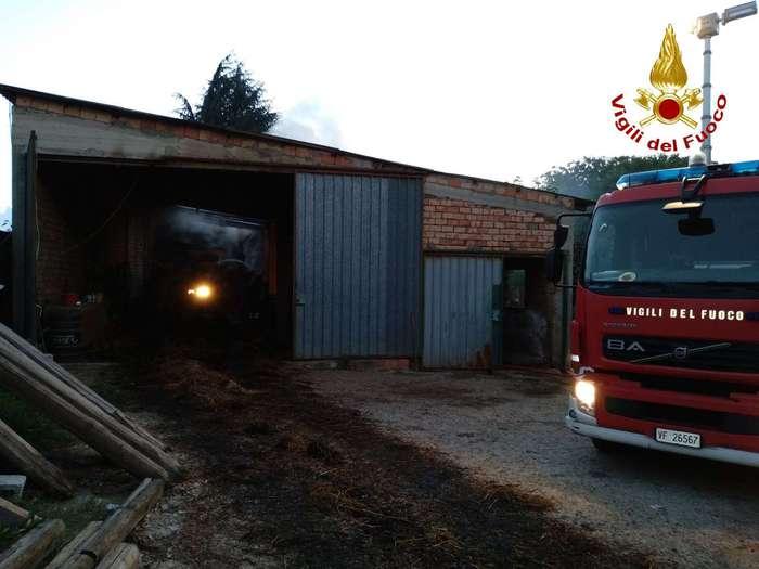 San Gregorio d'Ippona (VV). Incendio in un capannone, Vigili del fuoco salvano animali