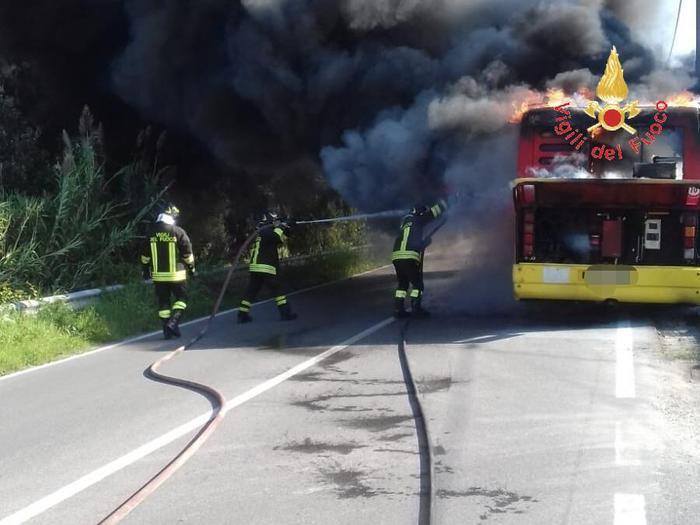 Bus Amc in fiamme a Catanzaro, nessun ferito