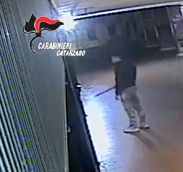 Catanzaro, rapina con coltello e bastone