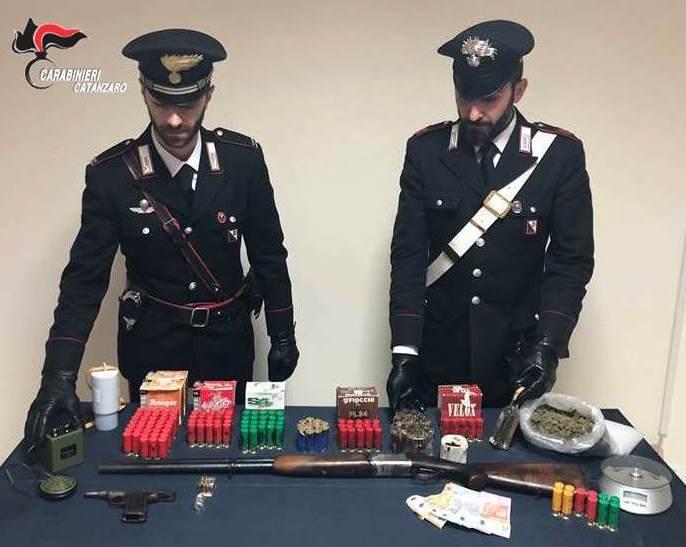 Girifalco: arrestato imprenditore agricolo: in foto le armi, munizioni e stupefacenti trovati all'imprenditore 35enne