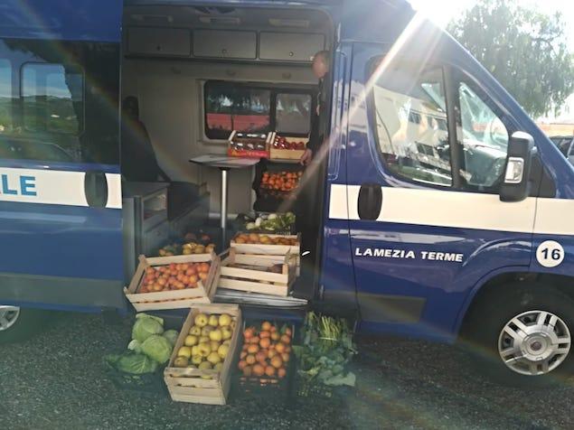 polizia locale sequestra 120 kg di frutta e verdura
