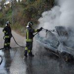 Lamezia, in fiamme auto a Fronti: illeso l'anziano alla guida