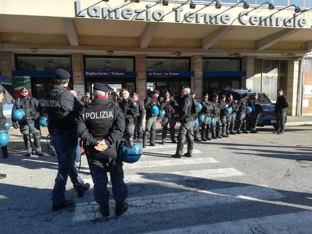 Protesta lavoratori ex Lsu-Lpu, stazione blindata dalle forze dell'ordine