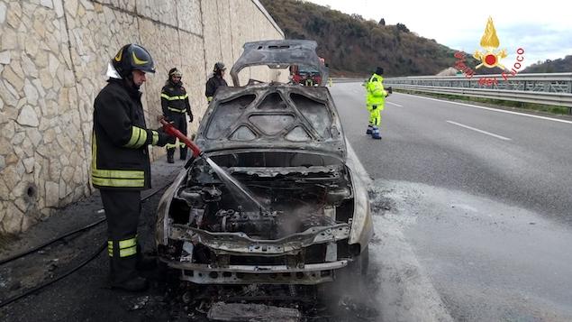 Auto in fiamme sulla A2 tra gli svincoli di Falerna e San Mango