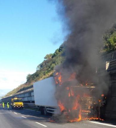 Autocarro in fiamme, paura in autostrada