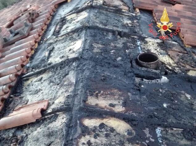 Lamezia. Incendio nel sottotetto di un'abitazione