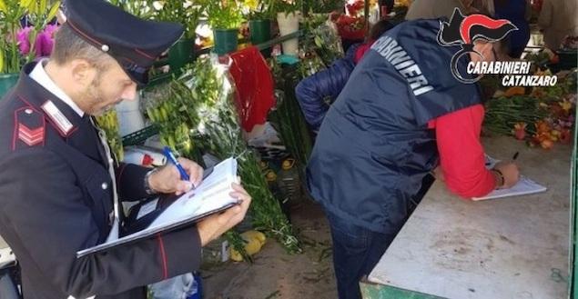 Ruba fiori all'obitorio, identificato e denunciato dai carabinieri a Catanzaro