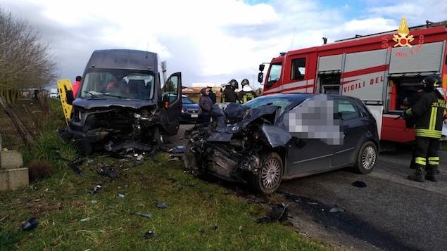 Scontro frontale tra auto e minibus, un morto