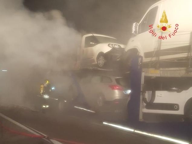 Autoarticolato in fiamme tra gli svincoli di Falerna e San Mango d'Aquino