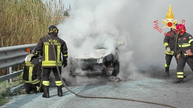 Auto in fiamme sull'autostrada A2, nei pressi dello svincolo per Lamezia