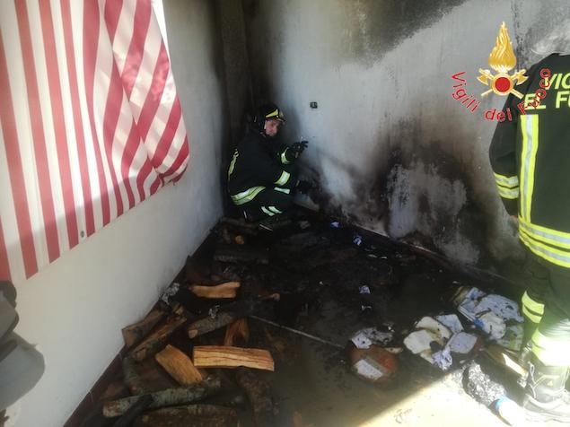 In fiamme un appartamento in pieno centro abitato
