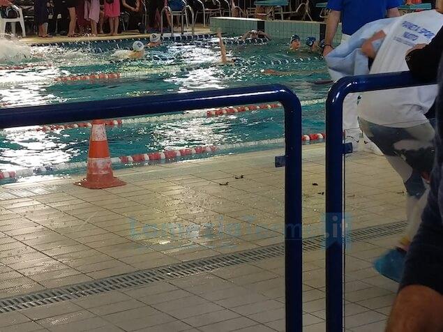 Campionati regionali di nuoto: cade un faro, gare annullate