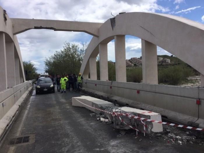 SS106. Crolla trave del ponte tra Isca sullo Ionio e Badolato