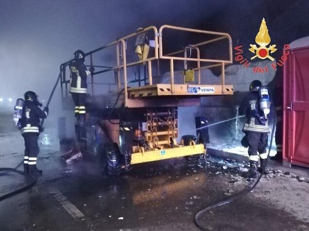 Marcellinara (CZ). Incendiato mezzo da cantiere in galleria