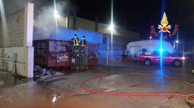 Borgia (CZ). Incendio di rifiuti presso azienda di produzione natanti