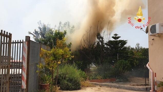 Catanzaro. Vasto incendio di sterpaglia e macchia mediterranea