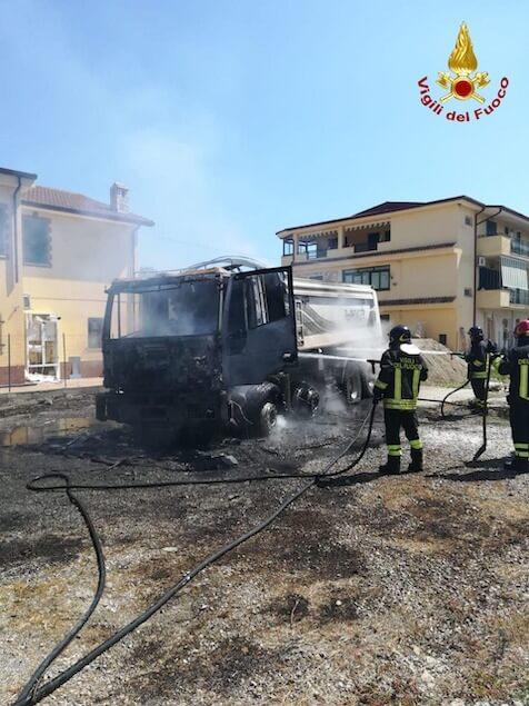 Crotone. Camion trancia cavo rete elettrica e va a fuoco