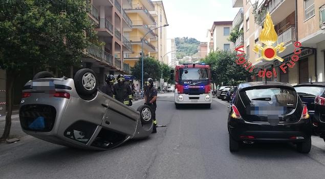 Lamezia. Incidente stradale su via dei Mille, si ribalta auto