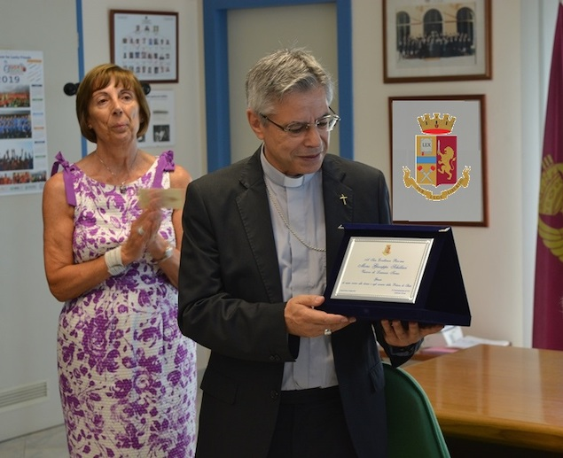 Lamezia. Monsignor Schillaci fa visita in Commissariato
