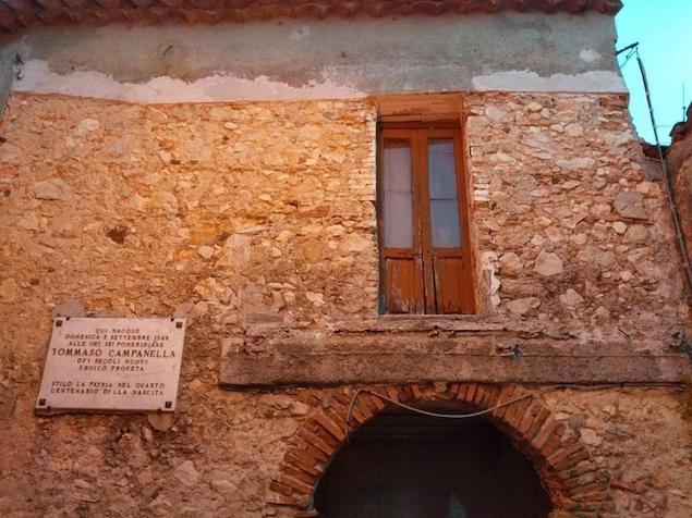Stilo (RC). Abbattuto balcone abusivo dalla casa di Campanella