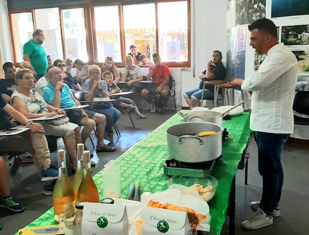 Chef Mancuso spiega la preparazione del risotto ai turisti