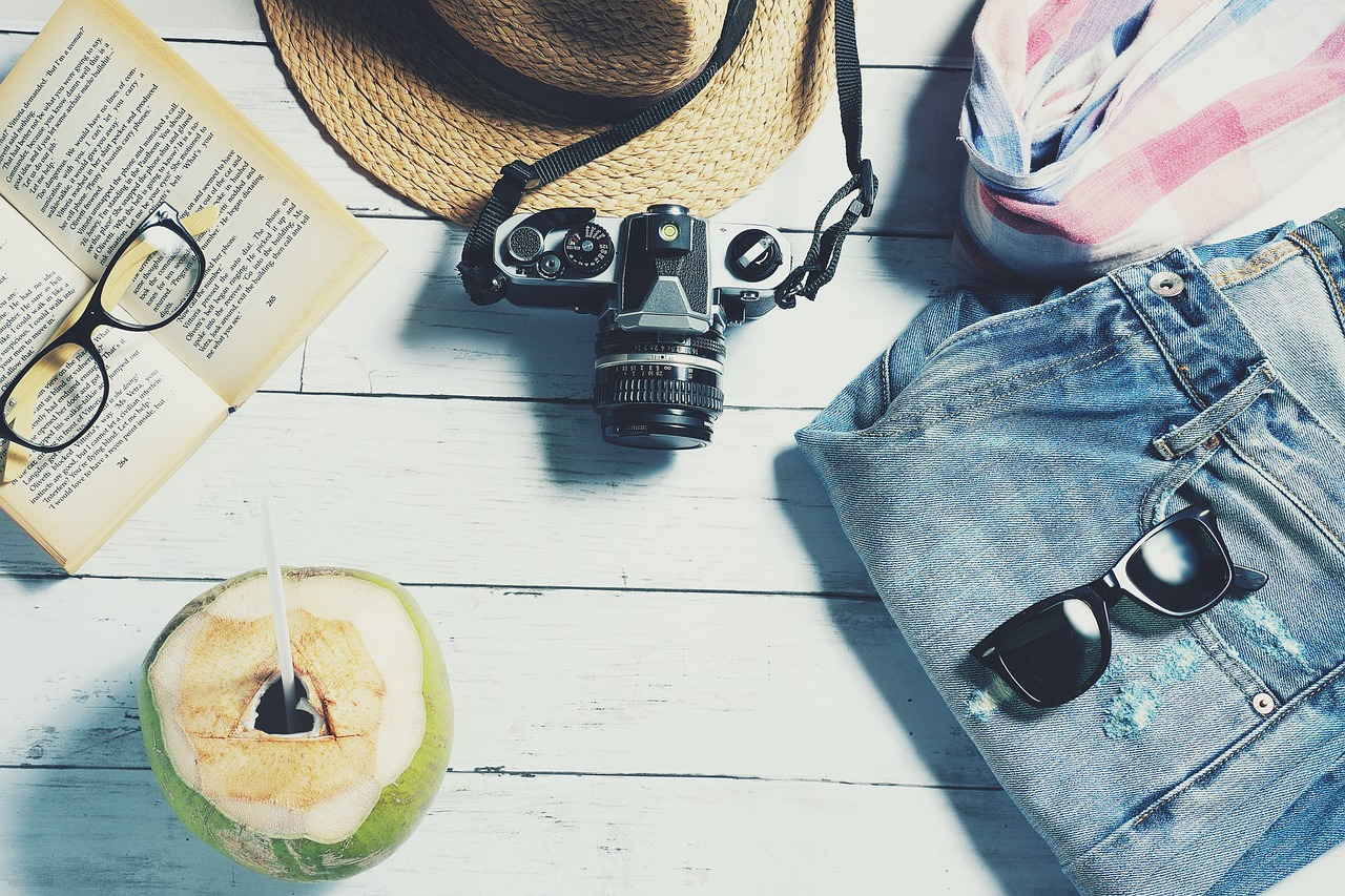 Viaggiare e prepararsi al viaggio: libri, fotocamera, occhiali da sole