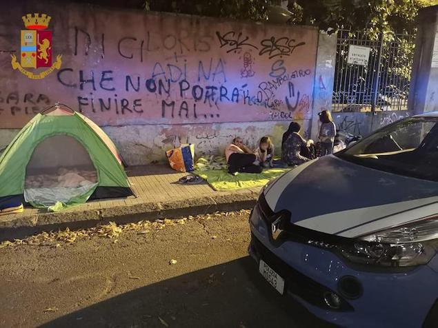 Cosenza. Famiglia accampata in strada, Polizia li aiuta