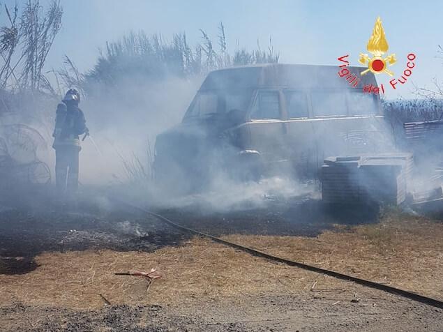 Falerna (CZ). In fiamme due Scuolabus in disuso