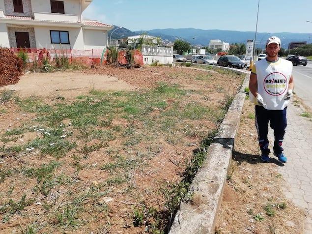 Lamezia. Meetup 5s pulisce stradone adiacente municipio via Perugini