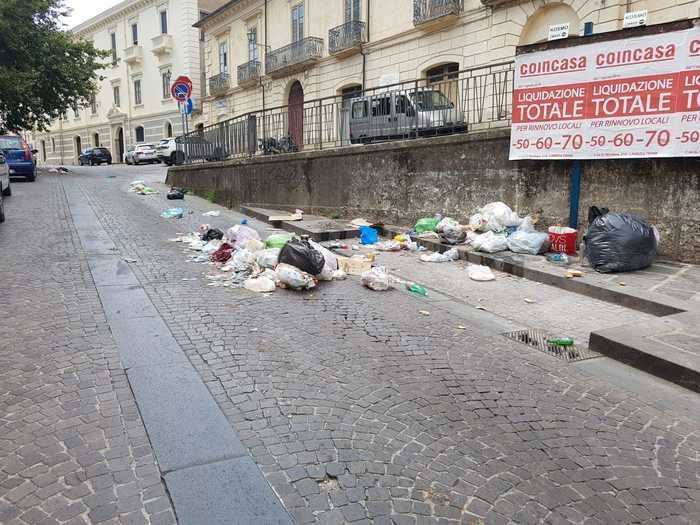 Rifiuti in strada a Lamezia Terme