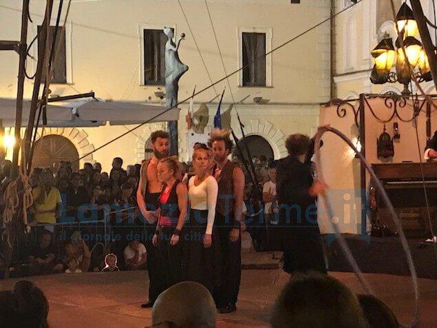 """TeatrOltre. """"Naufragata"""" del Circo Zoé incanta il pubblico lametino"""
