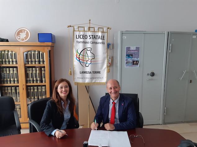 La Firma della Convenzione da sx dr.ssa Del Giudice e prof. Martello