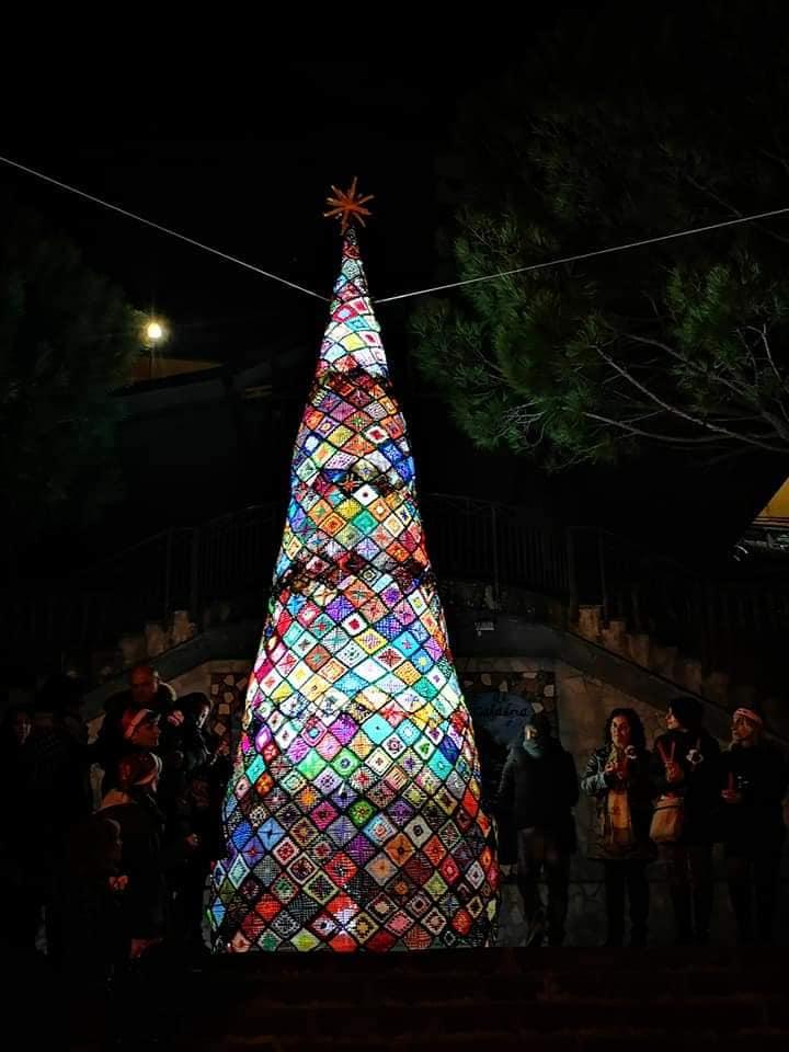 Nel centro di Pentone realizzato un albero di Natale fatto all'uncinetto