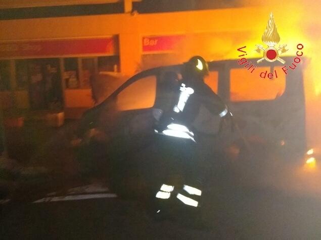 Nella notte in fiamme due vetture nell'area di servizio Lamezia Est