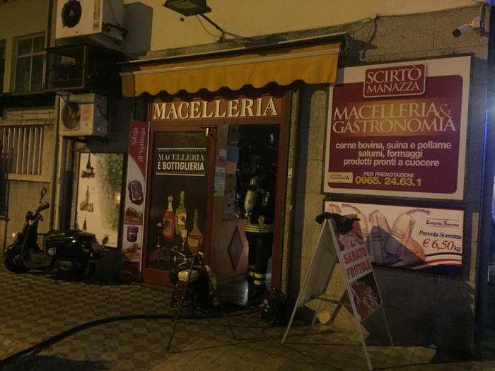 Incendiata macelleria in pieno centro a Reggio Calabria